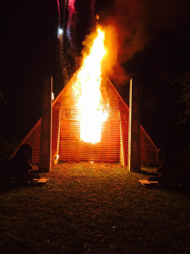 6 Le feu s'empare de la pyramide